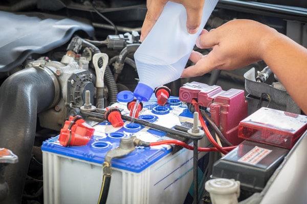 2 علت کم شدن آب باتری ماشین